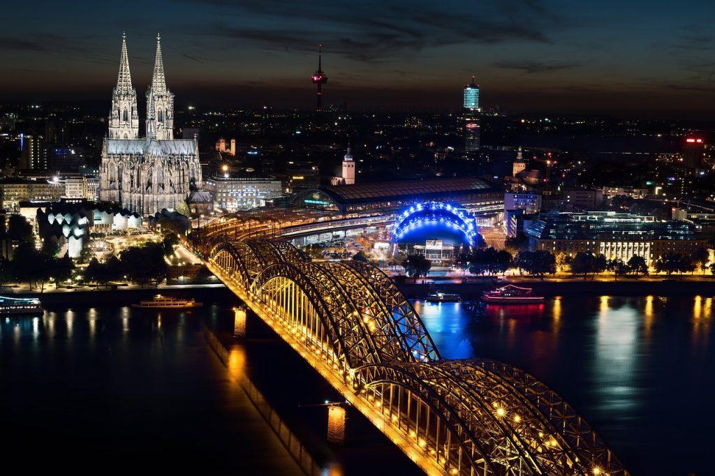 גשר עם אורות באירופה